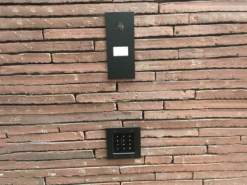 Voordeur met codeslot - plaatsing - toegangscontrole
